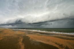 Naderende, dreigende rolwolk van onweersbui boven zee tijdens storm op het strand van Heemskerk - © Ronald van Wijk Natuurfotografie