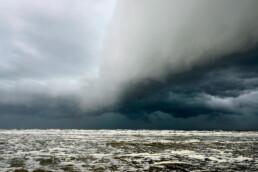 Donkere, dreigende wolkenlucht van hagelbui nadert vanaf zee het strand van Castricum aan Zee - © Ronald van Wijk Natuurfotografie