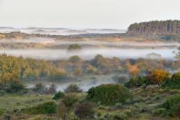 Uitzicht over duinlandschap met lagen mist tussen duinhellingen tijdens zonsopkomst in het Nationaal Park Zuid-Kennemerland bij Bloemendaal - © Ronald van Wijk Natuurfotografie