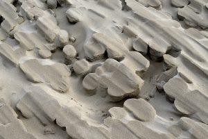Uitgekerfde zandvormen in een grote stuifkuil in de duinen op het strand van Heemskerk