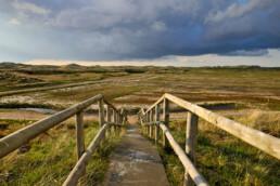 Een trap bovenaan de duinen leidt naar het natuurherstelproject Botgat in de Noordduinen bij Groote Keeten
