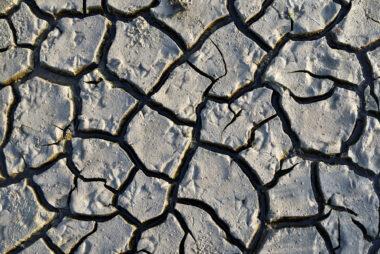 Opgedroogd slik tijdens laagwater aan de voet van de waddenzeedijk op het voormalige eiland Wieringen in de kop van Noord-Holland.