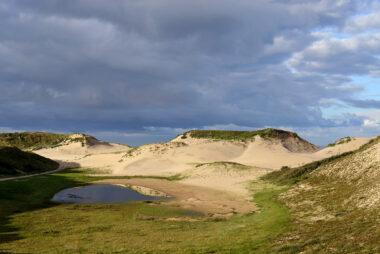 Zanderige duinhellingen van grote stuifduinen in de zeereep van het Nationaal Park Zuid-Kennemerland bij strandopgang Nieuwe Kattendel