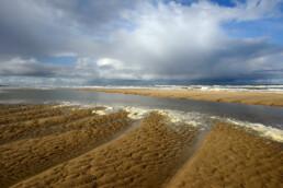 Dreigende wolkenlucht van naderende, grote hagelbui boven zee op het strand van Castricum aan Zee