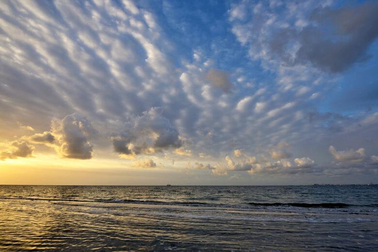 Zonsopkomst op het waddeneiland Texel met warm licht en mooie wolkenlucht boven de Waddenzee.