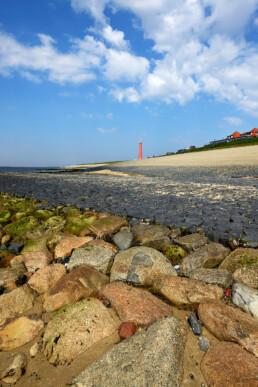 Drooggevallen keien en stenen op strekdam tijdens laagwater aan voet van de Helderse Zeewering bij Huisduinen (Den Helder).