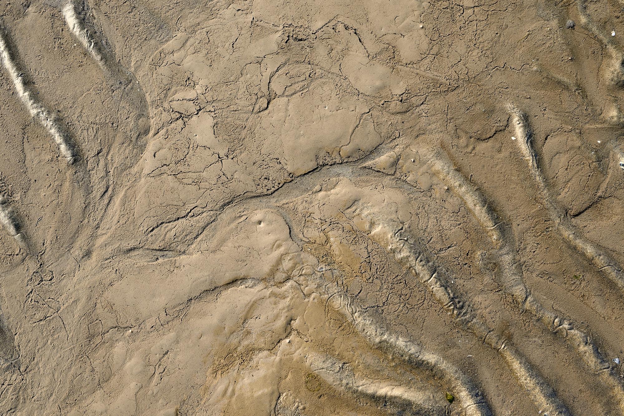 Lijnen en patronen in het zand en slik tijdens laagwater op het strand van de Kwade Hoek in de Duinen van Goeree.