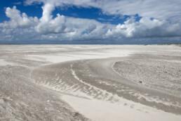 Uitgestrekte strandvlakte met witte zandbanen op het onbewoonde waddeneiland Rottumeroog in de Nederlandse Waddenzee.