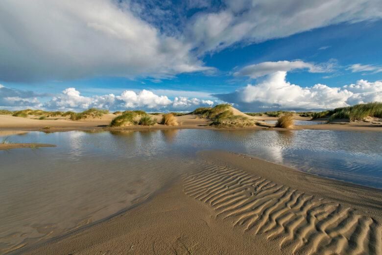 Water in natte vallei tussen de zeeduinen op de strandvlakte van De Hors op de zuidpunt van Waddeneiland Texel.