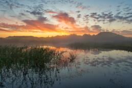 Weerspiegeling van wolken in het water van een duinmeertje in het Nationaal Park Zuid-Kennemerland bij Bloemendaal aan Zee