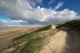 Uitzicht op de Noordzee, zeeduinen en het verlaten, lege strand van Wijk aan Zee in de ochtend.