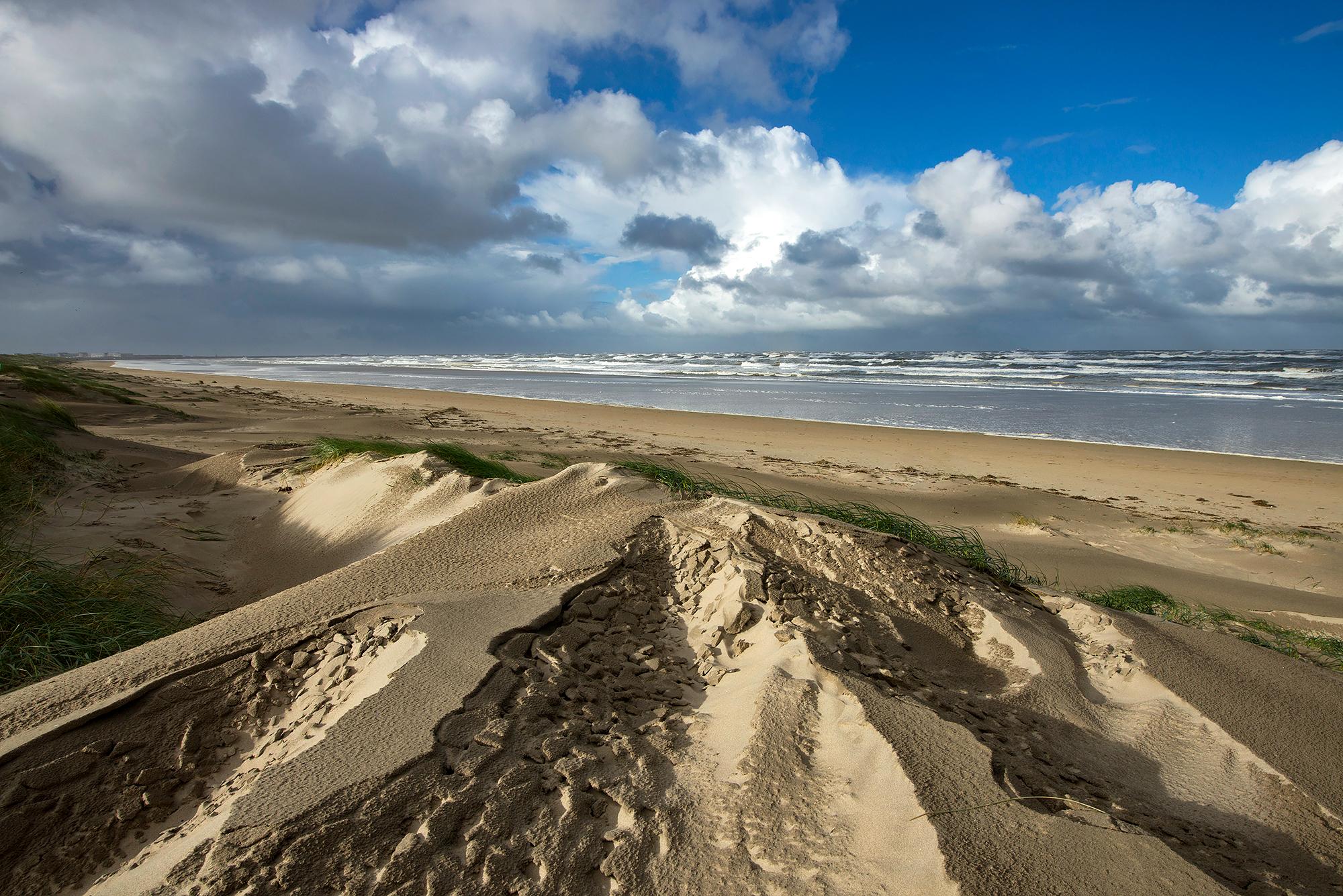 Zicht vanaf de duinen op de Noordzee en het strand van Wijk aan Zee