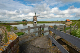 Zicht op Molen het Noorden bij Drijvers Vogelweid De Bol op het waddeneiland Texel