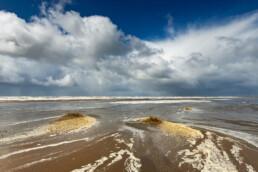 Donkere wolkenlucht van naderende hagelbui boven zee op het Kennemerstrand bij IJmuiden