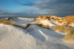Laagje sneeuw op de helmduinen van De Hors op het Waddeneiland Texel